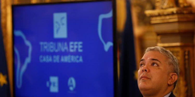El presidente de la República de Colombia, Iván Duque, es entrevistado por la presidenta de la Agencia Efe, Gabriela Cañas, en el marco de la Tribuna EFE-Casa de América celebrada este viernes en Madrid. Javier Lizón / EFE.