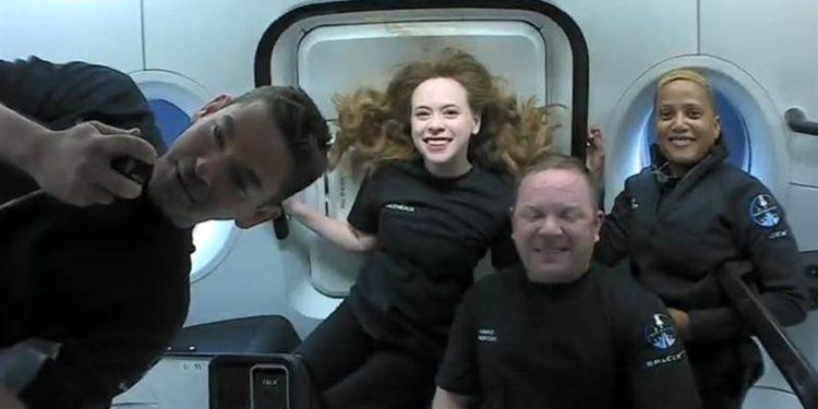 Fotografía cedida por SpaceX donde aparecen los tripulantes de la misión Inspiration4 (i-d) el multimillonario Jared Isaacman, la asistente médica Hayley Arceneaux, el ingeniero aeronáutico Chris Sembroski y la científica y educadora Sian Proctor, mientras hablan desde el espacio en una trasmisión en directo con los pequeños pacientes del hospital infantil St. Jude, en Memphis (Tennessee). En su segundo día dando vueltas alrededor de la Tierra a toda velocidad, los cuatro civiles tripulantes de la cápsula Dragon de SpaceX, hablaron este viernes desde el espacio con los niños enfermos del hospital infantil St. Jude, en Memphis (Tennessee), e incluso Hayley Arceneaux lo hizo en español. EFE/SpaceX