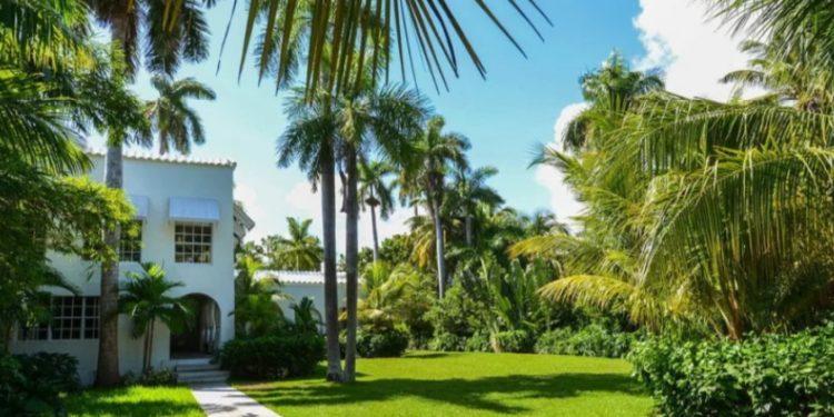 Fotografía de archivo cedida por MB American Realty que muestra la vista exterior de la antigua mansión del legendario gángster Al Capone en Miami Beach (EE.UU.). (EFE/MB American Realty