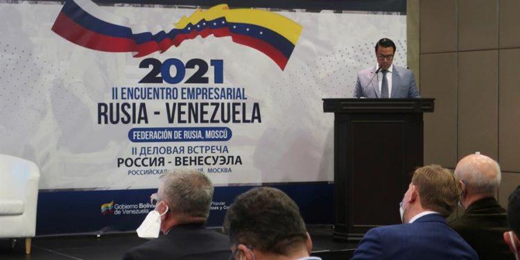 El viceministro para Comercio Exterior y promoción de Inversiones venezolano, Héctor Silva, presenta a los empresarios rusos las posibilidades de inversión en Venezuela, en el marco del II encuentro empresarial Rusia-Venezuela / Fernando Salcines / EFE.